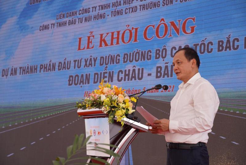Thứ trưởng Bộ Giao thông vận tải Nguyễn Nhật phát lệnh khởi công dự án tại huyện Đức Thọ, tỉnh Hà Tĩnh.