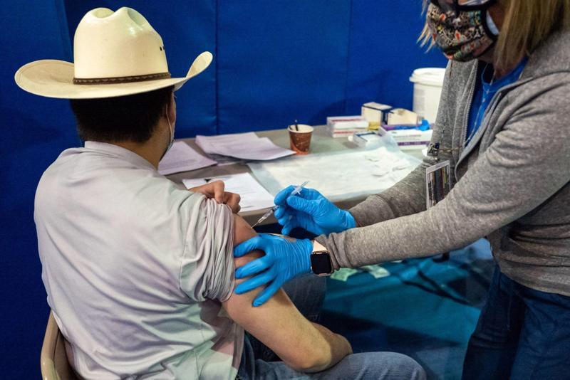 Một nhân viên y tế được tiêm vaccine Covid-19 của Pfizer tại khuôn viên Đại học New Mexico ngàu 23/3 - Ảnh: Bloomberg
