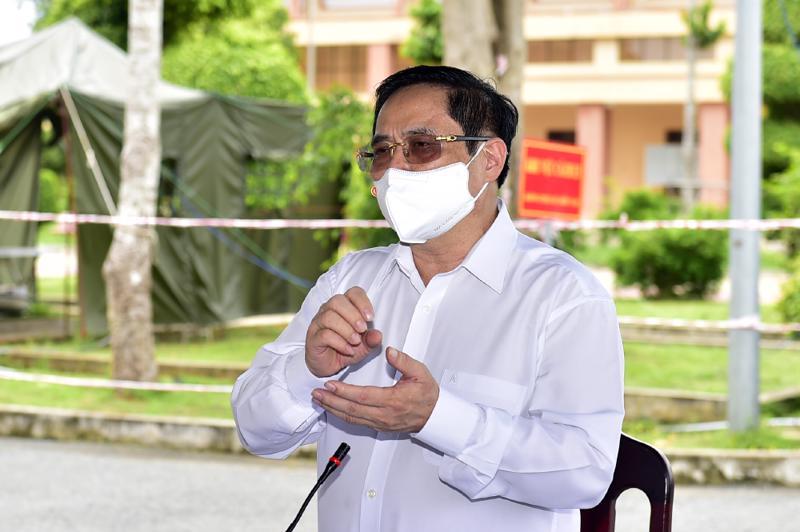 Thủ tướng Phạm Minh Chính trong chuyến thăm khu cách ly tập trung phòng chống Covid-19 tại Trung đoàn 926 thuộc Bộ Chỉ huy Quân sự tỉnh Trà Vinh - Ảnh: VGP.