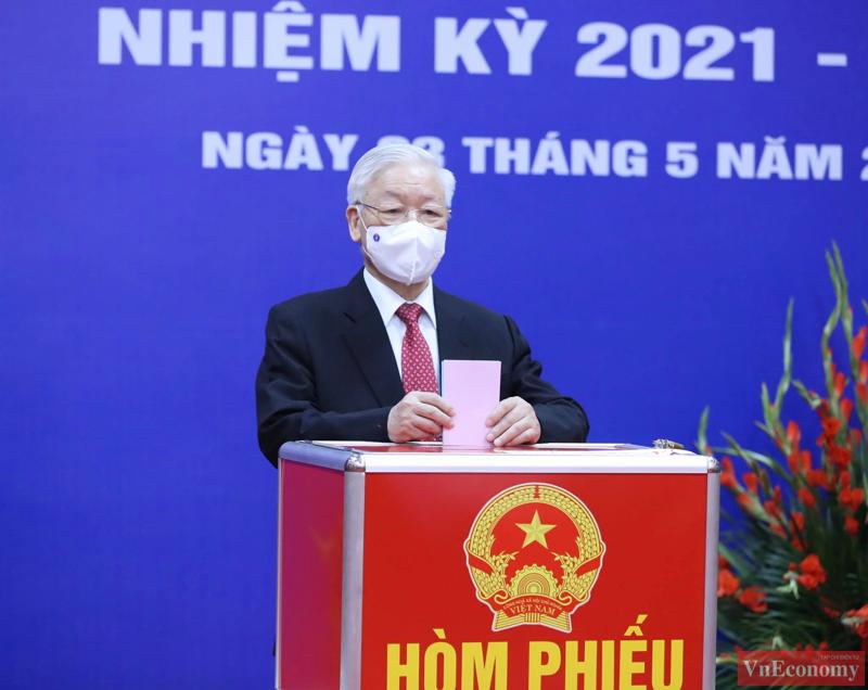 Tổng bí thư Nguyễn Phú Trọng bỏ phiếu bầu đại biểu Quốc hội khoá XV và đại biểu HĐND các cấp nhiệm kỳ 2021-2026.