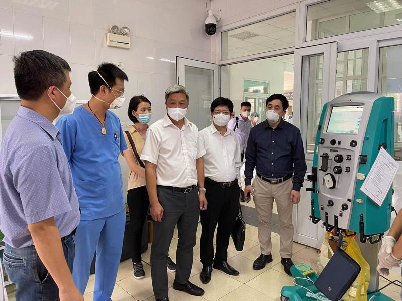 Thứ trưởng Nguyễn Trưởng Sơn kiểm tra đơn vị điều trị tích cực mới được Bệnh viện Bạch Mai hỗ trợ thiết lập tại Bệnh viện Phổi tỉnh Bắc Giang.