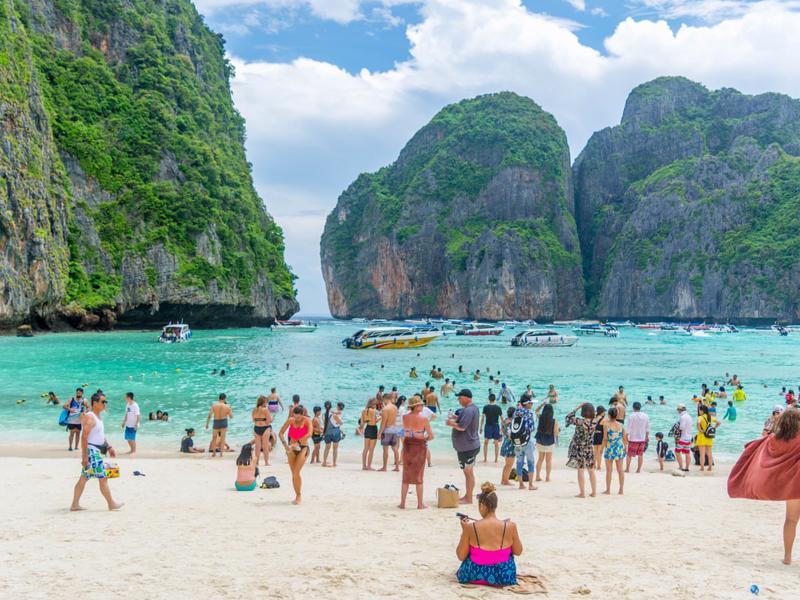 Bãi biển Phuket của Thái Lan thời chưa có Covid - Ảnh: Guardian.