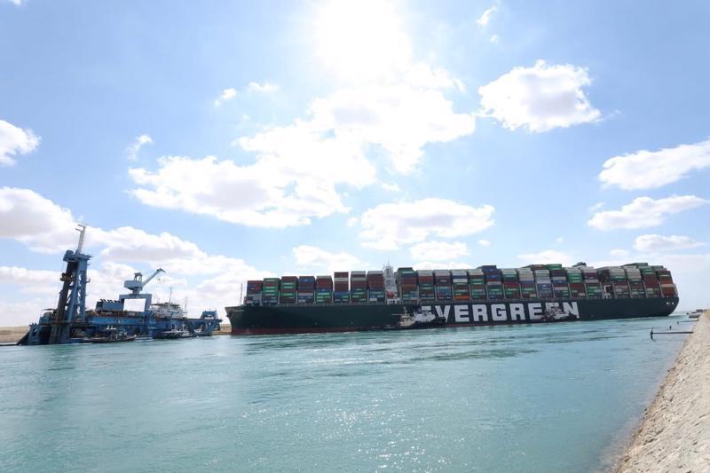 Con tàu khổng lồ Ever Given chắn ngang kênh đào Suez gây thiệt hại nghiêm trọng cho hoạt động giao thương - Ảnh: Reuters
