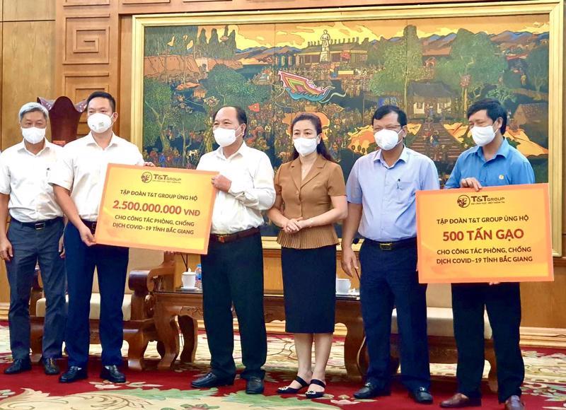 Đại diện Tập đoàn T&T Group trao ủng hộ cho lãnh đaọ tỉnh Bắc Giang.