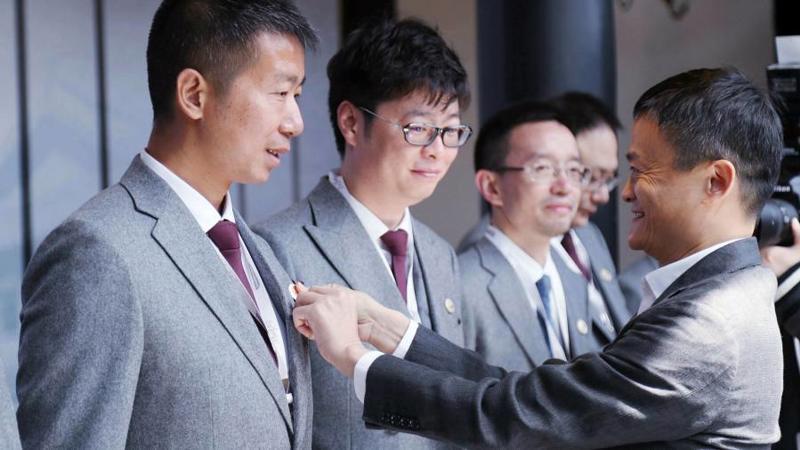 Jack Ma(phải) thành lập Đại học Hupan vào năm 2015 - Ảnh: Alamy