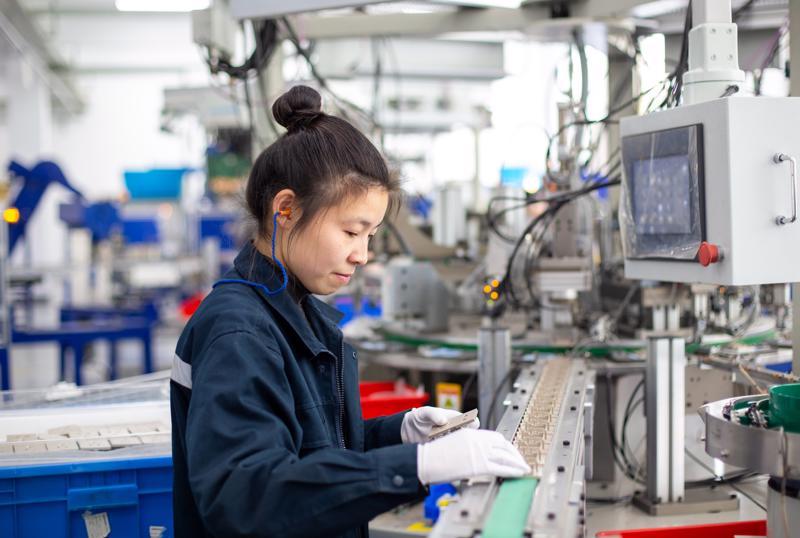 Công nhân làm việc tại một nhà máy ở Hải An, tỉnh Giang Tô, Trung Quốc - Ảnh: Getty Images.