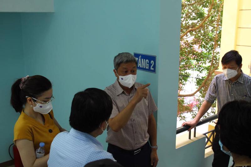 Thứ trưởng Nguyễn Trường Sơn bàn mô hình test nhanh với các thành viên Bộ phận công tác đặc biệt của Bộ Y tế tại Bắc Giang.
