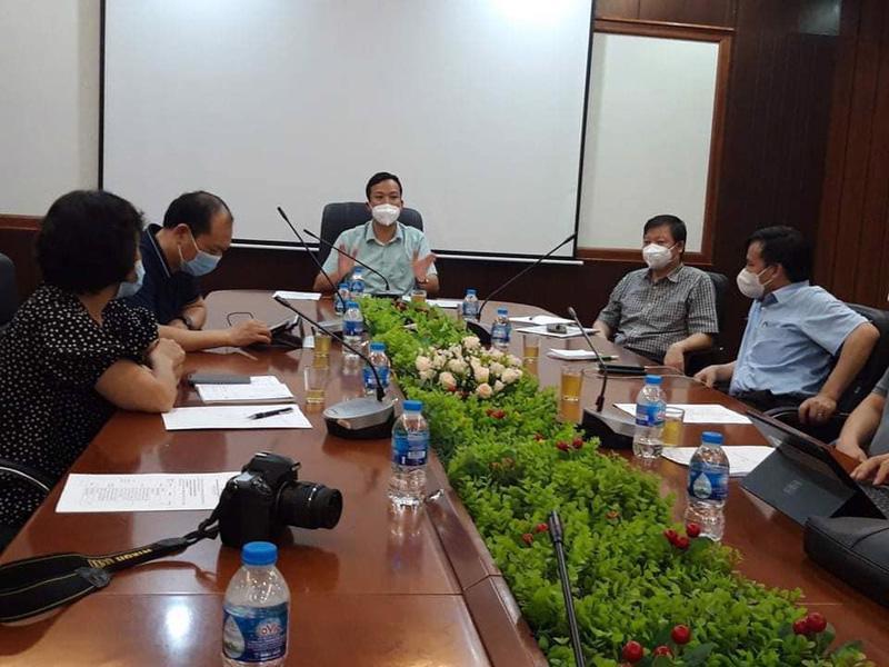 Cuộc họp của Bắc Giang và Đoàn công tác Bộ Y tế diễn ra ngay trong đêm 25/5. Ảnh - Xuân Thắng.