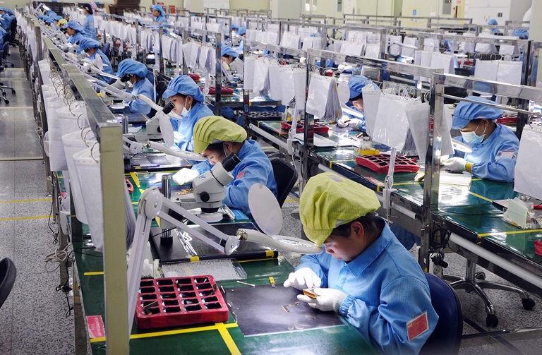 Hoạt động sản xuất của nhiều doanh nghiệp chế biến, chế tạo bị gián đoạn bởi Covid-19.