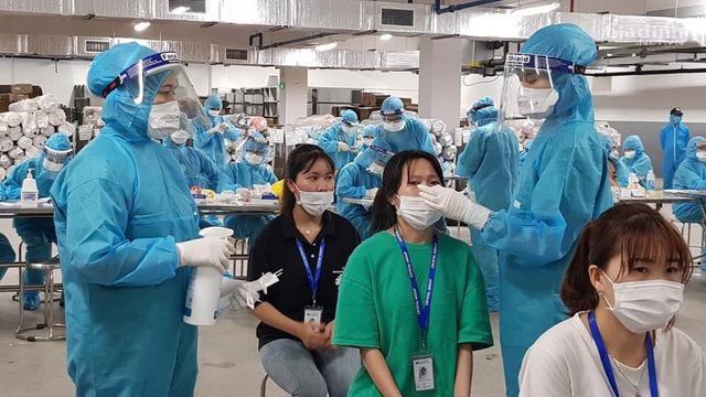 Lấy mẫu xét nghiệm cho công nhân tại tỉnh Bắc Giang. Ảnh - Mạnh Cường.