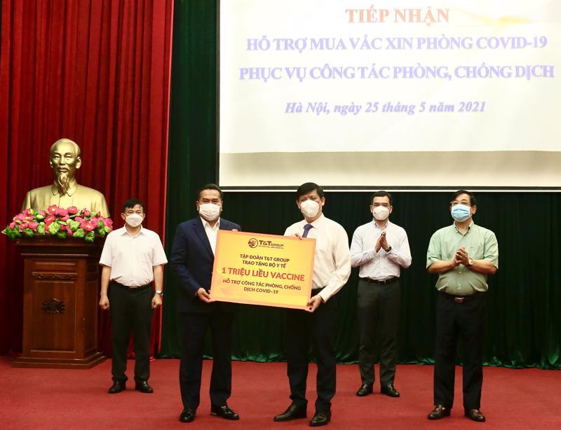 Tập đoàn T&T Group của doanh nhân Đỗ Quang Hiển đã quyết định trao tặng Bộ Y tế 1 triệu liều vaccine phòng Covid-19.