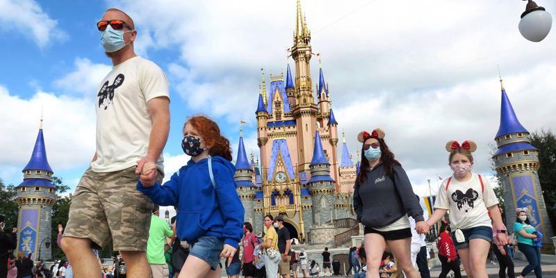 Khách du lịch tại công viên Walt Disney World, bang Florida Mỹ - Ảnh: AP.
