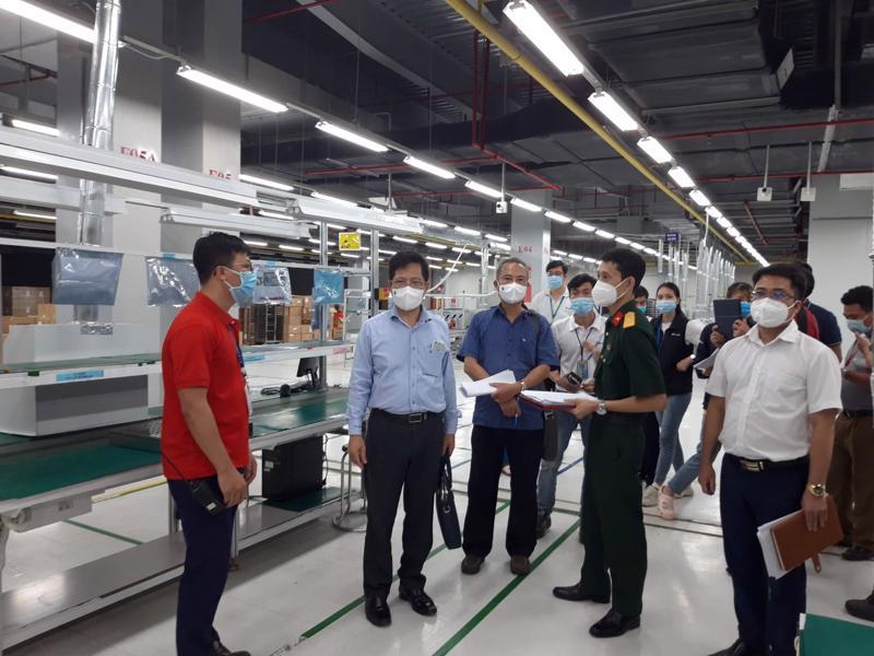 Các chuyên gia của Bộ Y tế kiểm tra việc triển khai các quy định phòng chống dịch tại các Khu công nghiệp của Bắc Giang.