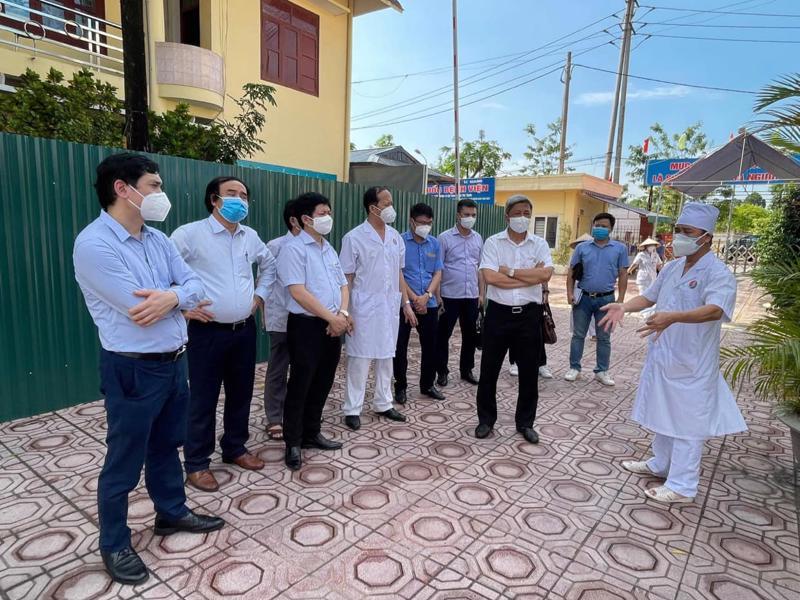 Thứ trưởng Nguyễn Trường Sơn đi khảo sát để thiết lập đơn vị hồi sức tích cực.