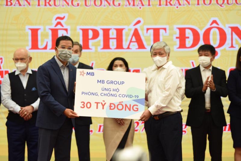 Ông Lưu Trung Thái - Phó Chủ tịch Hội đồng Quản trị, Tổng giám đốc MB đại diện MB Group trao tặng số tiền 30 tỷ đồng cho Ủy ban Trung ương Mặt trận Tổ quốc Việt Nam.