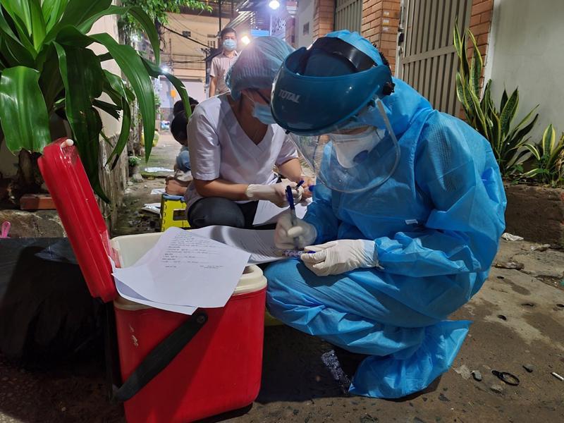 Các nhân viên y tế đang lấy mẫu xét nghiệm các trường hợp liên quan tại nơi sinh hoạt của nhóm giáo phái truyền giáo Phục hưng.