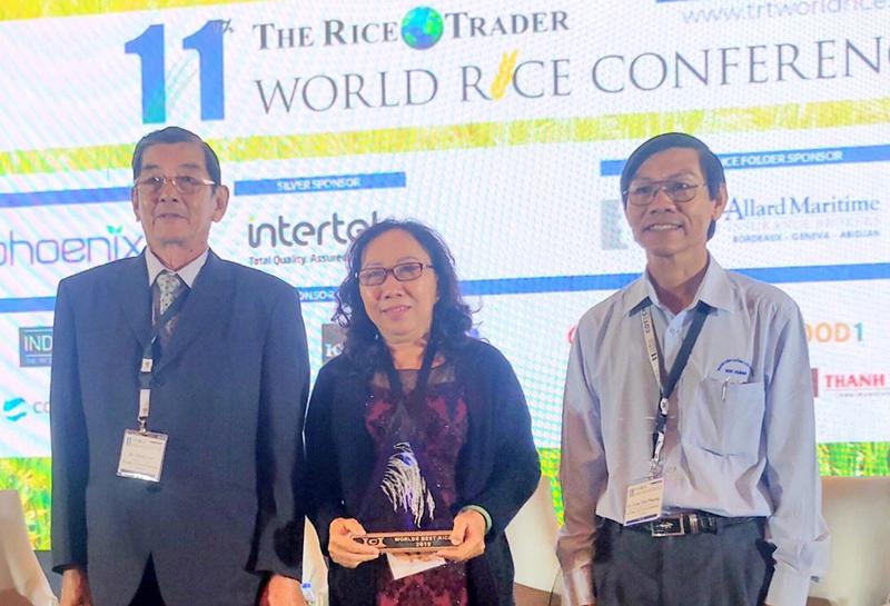"""Ông Hồ Quang Cua nhận cúp """"World's Best Rice"""" năm 2019 tại Phillippines."""