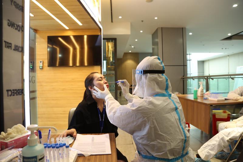 Test nhanh Covid 19 cho cán bộ nhân viên Hội sở và phun khử khuẩn khu vực làm việc là hành động tiếp theo của Vietbank trong chuỗi hoạt động nhằm nâng cao sức khỏe cán bộ nhân viên và an toàn cho khách hàng.