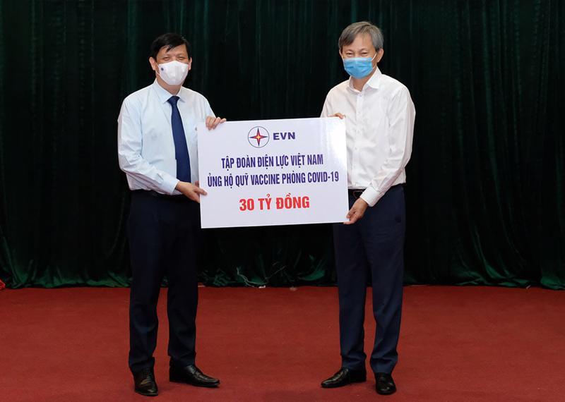 Bộ trưởng Bộ Y tế tiếp nhận ủng hộ từ các tổ chức, doanh nghiệp cho Quỹ vaccine phòng Covid-19.