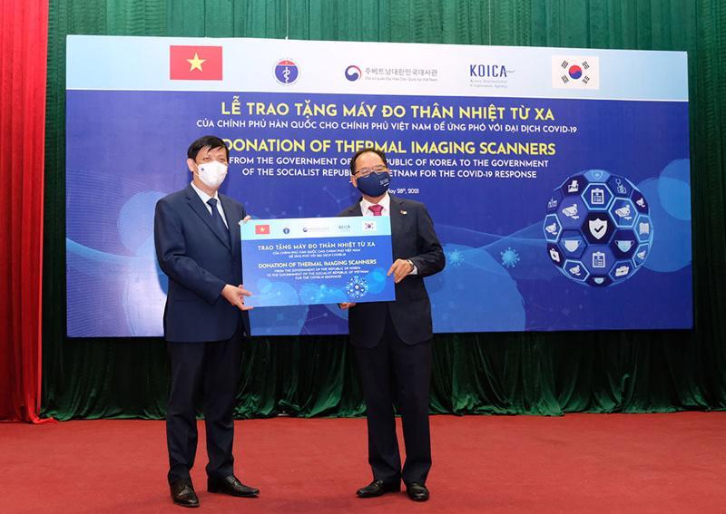 Bộ trưởng Bộ Y tế tiếp nhận hỗ trợ 40 máy đo thân nhiệt từ xa của Chính phủ Hàn Quốc.