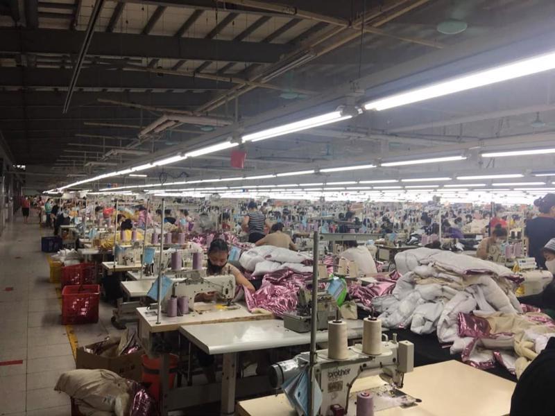 Mỗi xưởng may cả nghìn công nhân, cần có biện pháp giãn cách.