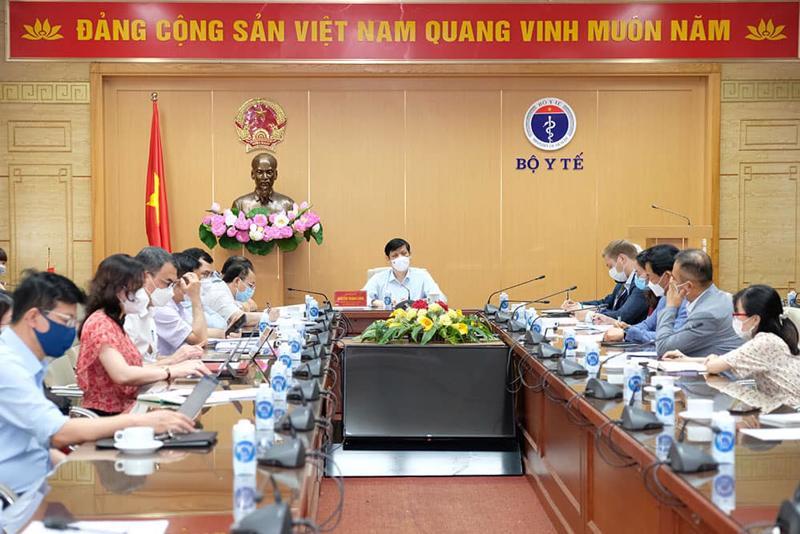 Bộ trưởng Bộ Y tế họp với đại diện các đại sứ quán và các doanh nghiệp nước ngoài.