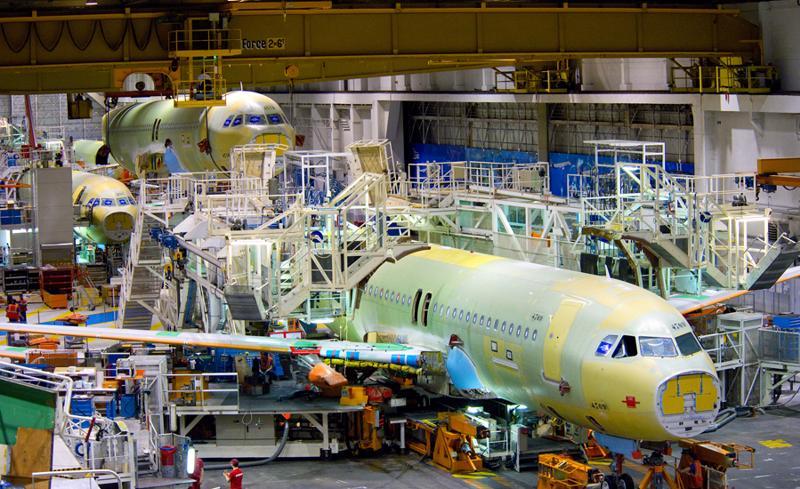 Trong một nhà máy lắp ráp máy bay Airbus.