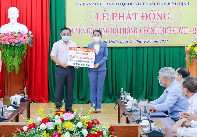 Ông Nguyễn Hữu Sang - Đại diện Tập đoàn Hưng Thịnh trao tặng 50.000 liều vaccine phòng, chống Covid-19 cho tỉnh Bình Định.