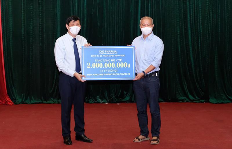 Bộ trưởng Nguyễn Thanh Long thay mặt ngành y tế tiếp nhận hỗ trợ 2 tỷ đồng mua vaccine phòng COVID-19 từ Dược Hậu Giang.