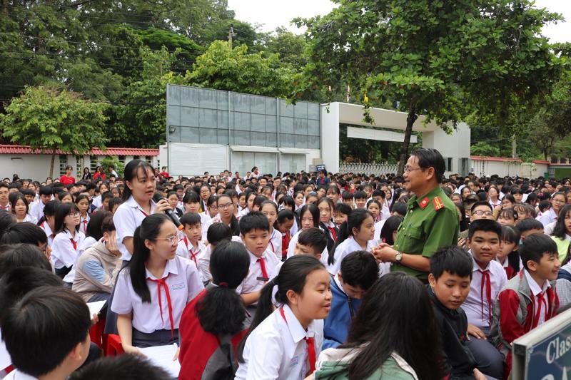 Tuyên truyền phòng chống may tuý,, mại dâm tới học sinh.