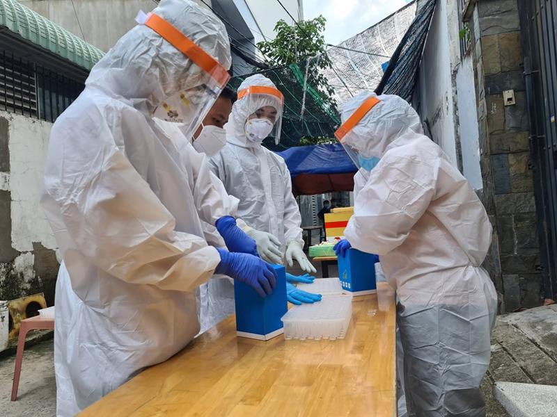 Cán bộ, nhân viên y tế đang lấy mẫu xét nghiệm của các ca bệnh liên quan chuỗi lây nhiễm liên quan Hội thánh truyền giáo Phục Hưng.