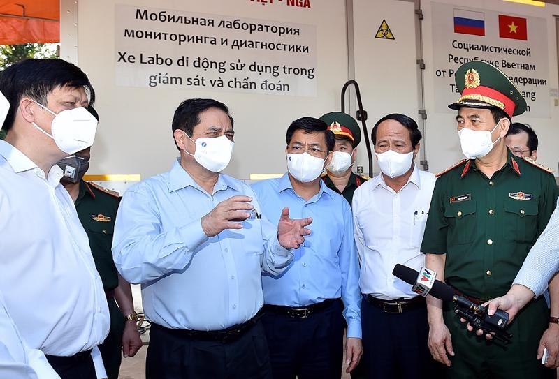 Thủ tướng Phạm Minh Chính thị sát Bệnh viện dã chiến số 2 tại Trung đoàn 831 thuộc Bộ Chỉ huy Quân sự tỉnh Bắc Giang - Ảnh: VGP/Nhật Bắc.