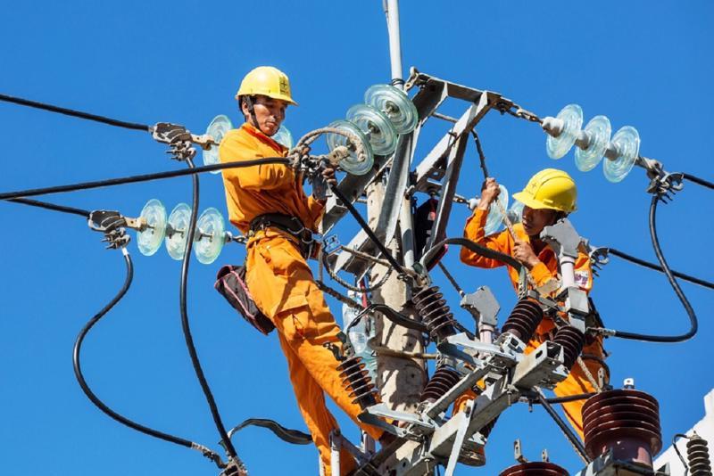 Công nhân điện lực khắc phục sự cố trong những ngày nắng nóng.