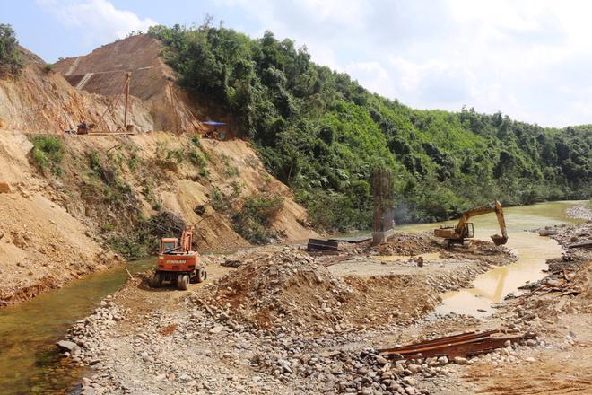 Cao tốc Cam Lộ – La Sơn đi qua khu vực rừng núi với địa chất phức tạp