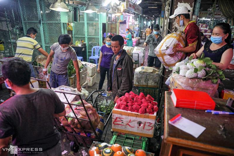 Nhiều lao động, khách đi chợ vẫn không thực hiện nguyên tắc 5K giữa mùa Covid-19.