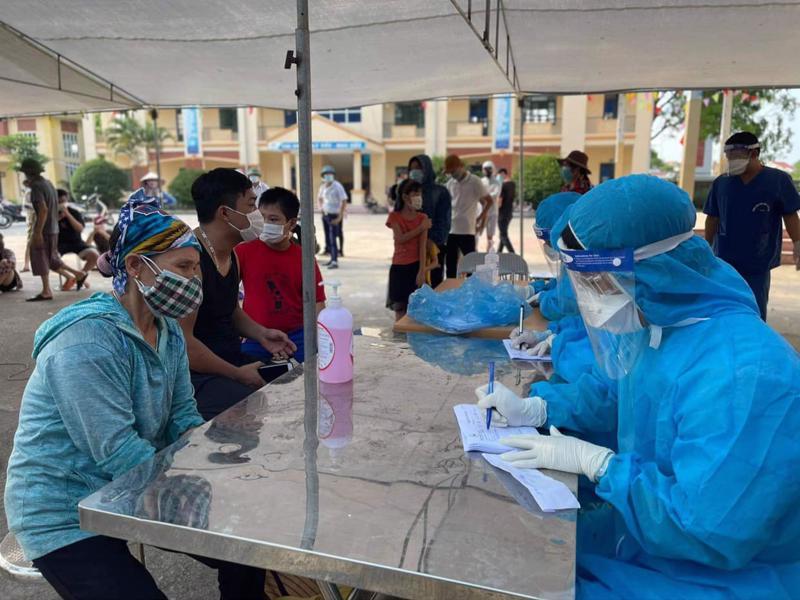 Nhân viên y tế chuẩn bị lấy mẫu xét nghiệm Covid-19 cho người dân Bắc Giang. Ảnh - Anh Tuấn.