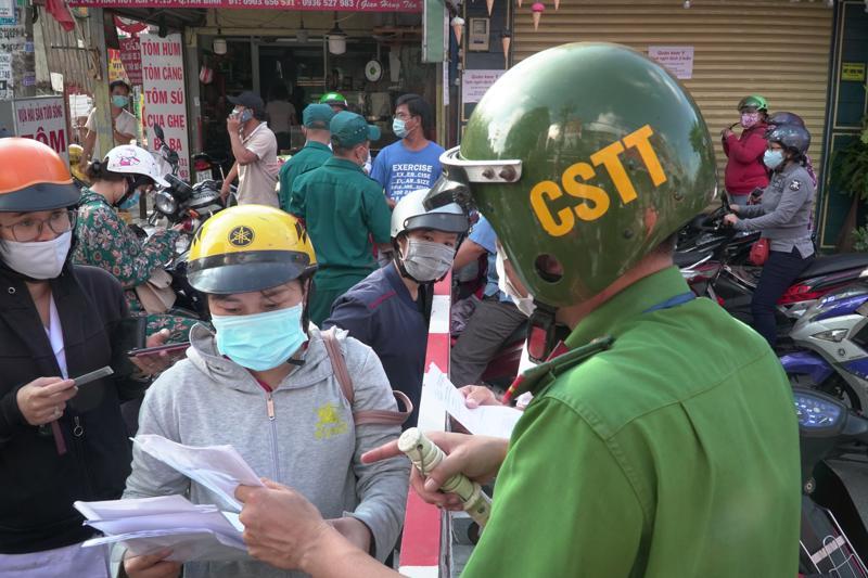 Ngoài khai báo điện tử, người dân ra vào quận Gò Vấp từ 1/6 phải xuất trình giấy tờ cá nhân để kiểm tra.