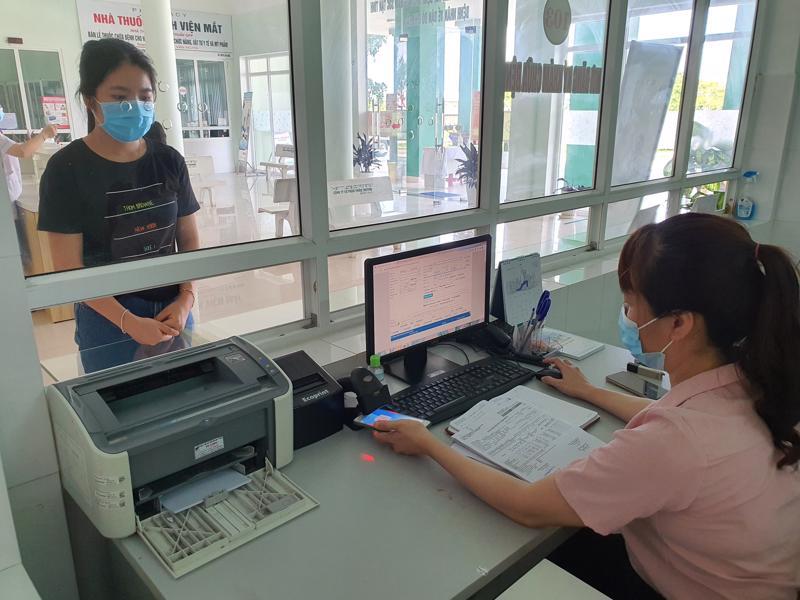 Người dân không cần sử dụng thẻ bảo hiểm xã hội giấy khi khám chữa bệnh từ 1/6. Ảnh - BHXH Việt Nam.