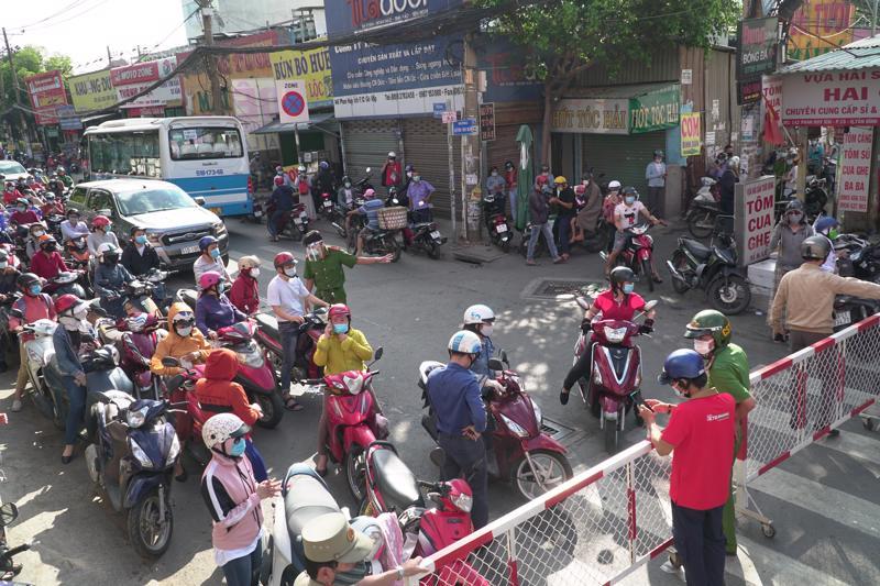 Ùn ứ giao thông tại điểm chốt chặn trên đường Phan Huy Ích (Gò Vấp) vào sáng đầu tiên thực hiện giãn cách xã hội.
