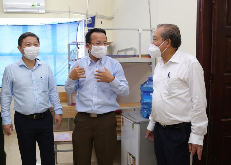 Phó Thủ tướng Thường trực Chính phủ Trương Hòa Bình trao đổi với các thành viên trong đoàn và lãnh đạo Công ty Mtex trong chuyến kiểm tra - Ảnh: VGP
