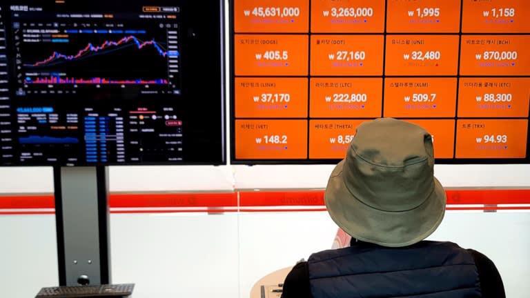 Một nhà đầu tư theo dõi bảng giá tiền ảo tại một sàn giao dịch ở Seoul - Ảnh: Nikkei.