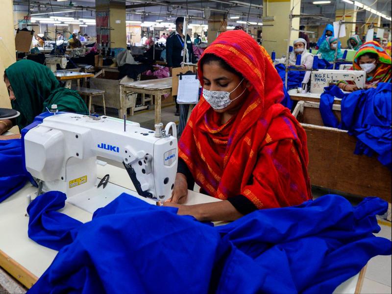 Bangladesh cần chuyển trọng tâm xuất khẩu từ hàng dệt may sang những mặt hàng xuất khẩu giá trị cao hơn - Ảnh: Bloomberg