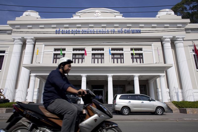 Chứng khoán Việt Nam tăng trưởng tốt bất chấp dịch bệnh tái bùng phát - Ảnh: Bloomberg