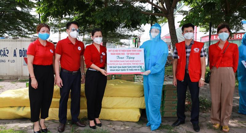 Đại diện Quỹ hành trình Xanh trao tặng 500 giường phục vụ công tác phòng chống dịch tại Bắc Giang.