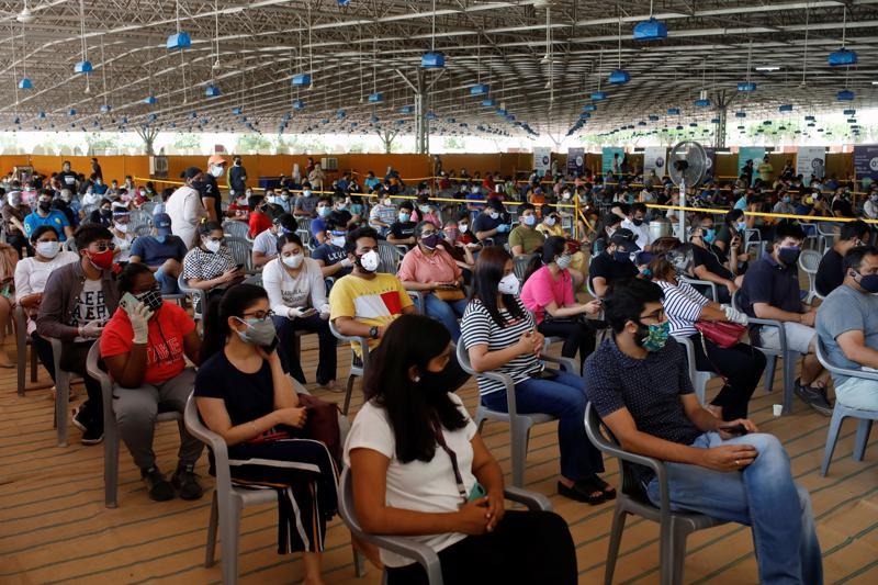 Những dân xếp hàng chờ tiêm vaccine Covid-19 COVISHIELD do Viện Serum Ấn Độ sản xuất tại New Delhi, Ấn Độ, ngày 4/5 - Ảnh: Reuters