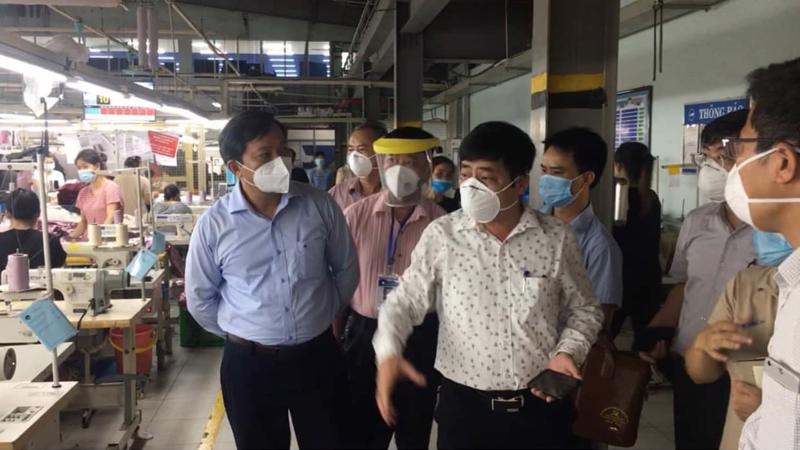 Ông Dương Chí Nam, Phó Cục trưởng Cục Quản lý môi trường y tế làm việc với các nhà máy trong Khu công nghiệp ở Bắc Giang.