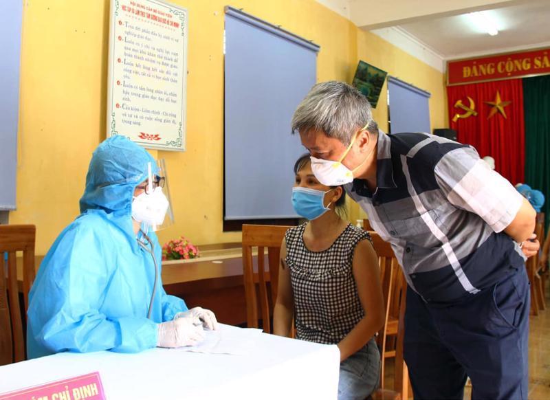 Thứ trưởng Nguyễn Trường Sơn thăm hỏi và động viên nhân viên y tế tại một điểm tiêm chủng của huyện Việt Yên.