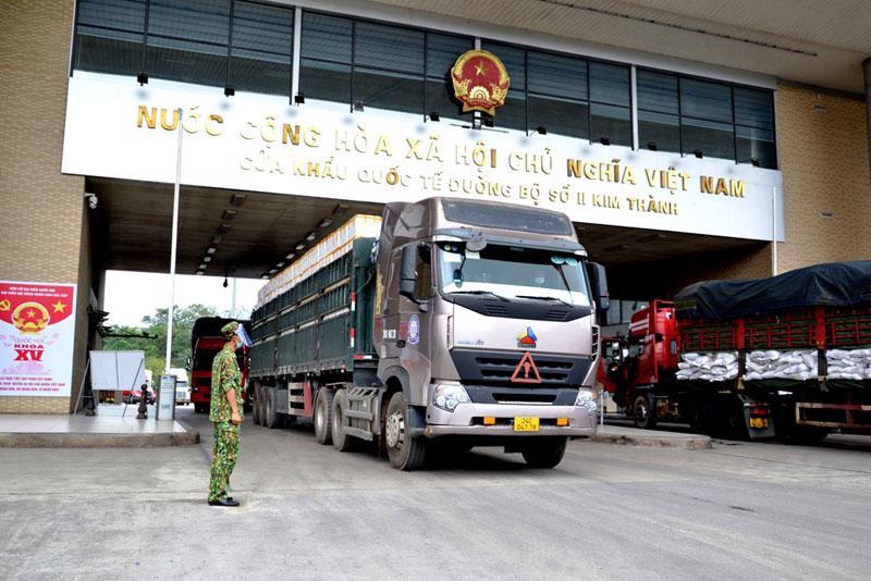 Xe chở trái vải đi qua cửa khẩu Kim Thành