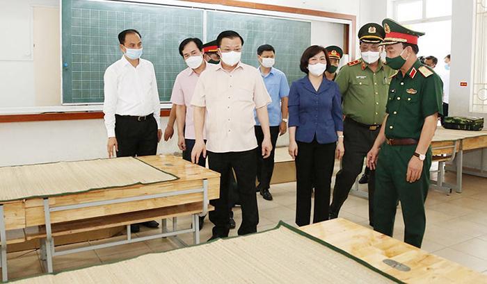 Bí thư Thành ủy Hà Nội Đinh Tiến Dũng kiểm tra khu vực dự phòng cách ly y tế tại quận Tây Hồ.