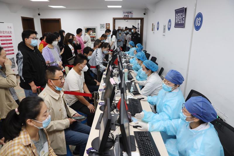 Người dân đăng ký tiêm phòng Covid-19 tại một trung tâm tiêm chủng ở Giang Tô, Trung Quốc, hôm 18/5. - Ảnh: Bloomberg.